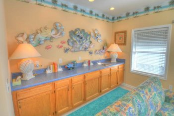 FLR 1: Wet Bar in Living Area