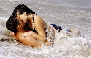 beach-kissing